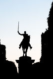 Silueta de la estatua de un jinete en un caballo, sosteniendo un sable igualdad Imagen de archivo