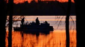 Silueta de la familia en pontón, pescando en el lago almacen de video