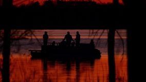 Silueta de la familia en pontón, pescando en el lago metrajes