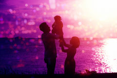 Silueta de la familia en puesta del sol al aire libre de la playa Fotos de archivo libres de regalías
