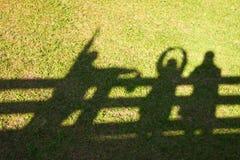 Silueta de la familia feliz que aumenta sus brazos a la sol en Fotografía de archivo libre de regalías