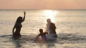 Silueta de la familia que se divierte en el mar metrajes