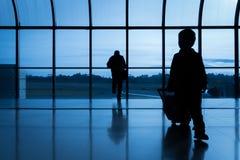 Silueta de la gente en el aeropuerto Imágenes de archivo libres de regalías