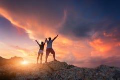 Silueta de la gente feliz en la montaña Fotos de archivo libres de regalías
