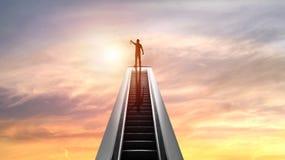 Silueta de la gente y de la medalla de oro encima de la escalera móvil con puesta del sol, concepto como shampion o el ganador en fotos de archivo