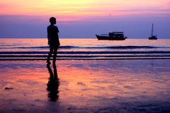 Silueta de la hembra en una playa Fotografía de archivo