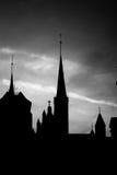 Silueta de la iglesia en la ciudad vieja, blanco y negro Fotografía de archivo