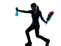 Silueta de la limpieza del polvo del quehacer doméstico de la criada de la mujer Foto de archivo libre de regalías