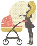 Silueta de la madre hermosa con el carro de bebé Foto de archivo libre de regalías