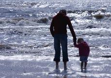 Silueta de la madre y de la hija imagenes de archivo