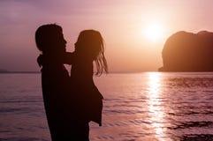 Silueta de la madre y de la hija con el fondo de la puesta del sol, usando para Imagen de archivo libre de regalías