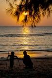 Silueta de la mamá y del hijo que juegan en la playa , con hermoso Fotografía de archivo
