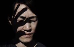 silueta de la mano en la cara de la mujer Fotos de archivo