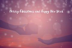 Silueta de la mano que sostiene la caja de regalo en la puesta del sol del cielo Fotos de archivo libres de regalías