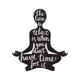 Silueta de la meditación con cita Fotos de archivo libres de regalías