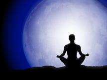 Silueta de la meditación de la luna Foto de archivo libre de regalías