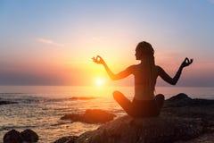 Silueta de la meditación de la yoga Forma de vida sana fotografía de archivo