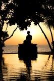 Silueta de la meditación en la puesta del sol Imagen de archivo