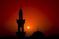 Silueta de la mezquita contra puesta del sol fotografía de archivo libre de regalías