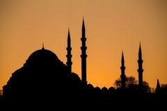 Silueta de la mezquita en la puesta del sol Fotos de archivo