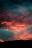Silueta de la montaña en las nubes dramáticas abstractas Foto de archivo