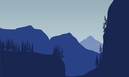 Silueta de la montaña y del árbol enormes Fotos de archivo libres de regalías