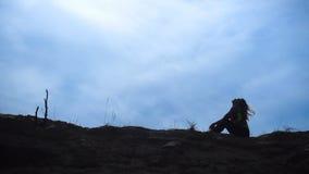 Silueta de la muchacha atlética joven en la colina de la arena almacen de video