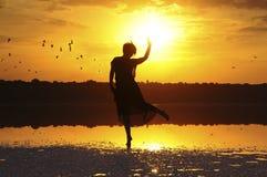 Silueta de la muchacha de baile en la puesta del sol Fotos de archivo libres de regalías