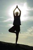 Silueta de la muchacha de la yoga imagenes de archivo
