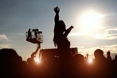 Silueta de la muchacha en el festival de música del aire libre Imagen de archivo