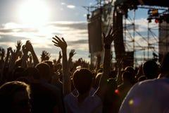 Silueta de la muchacha en el festival de música del aire libre Fotos de archivo libres de regalías