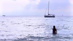 Silueta de la muchacha en el mar Mediterráneo almacen de video