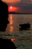 Silueta de la muchacha en la puesta del sol Foto de archivo