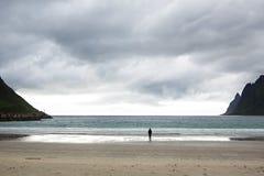 Silueta de la muchacha en las montañas, la puesta del sol y el océano, fiordos Fotos de archivo libres de regalías