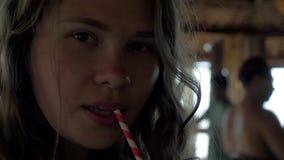 Silueta de la muchacha joven del inconformista que bebe Coctail fresco en café metrajes