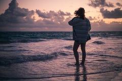 Silueta de la muchacha que camina en la playa Fotos de archivo libres de regalías