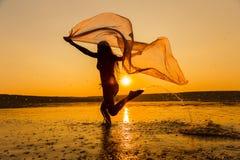 Silueta de la muchacha que corre en la playa Fotos de archivo libres de regalías