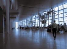 Silueta de la muchedumbre de la gente dentro del aeropuerto moderno Foto de archivo