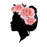 Silueta de la mujer con la guirnalda de rosas rosadas en su cabeza Imágenes de archivo libres de regalías