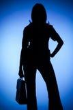 Silueta de la mujer con la maleta imagen de archivo