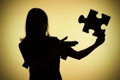 Silueta de la mujer con rompecabezas Fotos de archivo