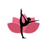 Silueta de la mujer de la yoga, Lotus Flower Background Logo Design rosada Fotografía de archivo