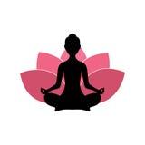 Silueta de la mujer de la yoga, Lotus Flower Background Logo Design rosada Fotografía de archivo libre de regalías