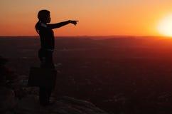 Silueta de la mujer de negocios en tapa de la colina Imagen de archivo libre de regalías
