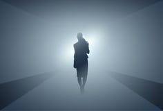 Silueta de la mujer de negocios que hace paso adelante integral sobre Grey Light Background Imágenes de archivo libres de regalías