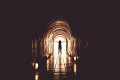 Silueta de la mujer en el extremo del túnel Fotos de archivo libres de regalías