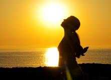 Silueta de la mujer en el sol Imágenes de archivo libres de regalías