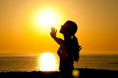 Silueta de la mujer en el sol Imagenes de archivo
