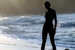 Silueta de la mujer en la playa Imagen de archivo libre de regalías