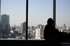 Silueta de la mujer joven delante del horizonte Imagen de archivo